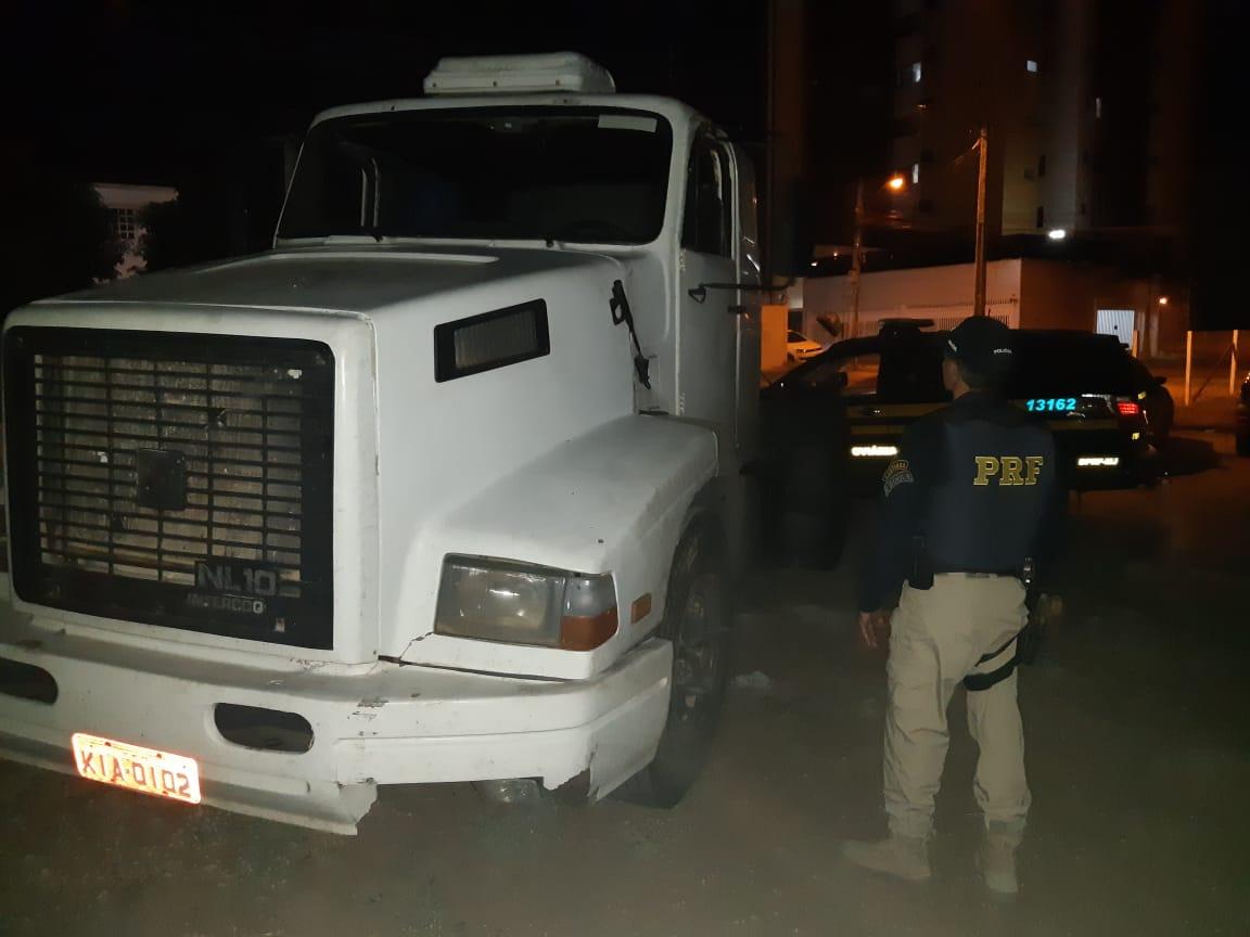 PRF recupera caminhão roubado e prende suspeito de vários crimes no país