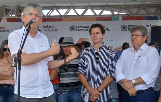 João Azevedo consulta aliados para decidir se vai a reunião com Siqueira e Ricardo