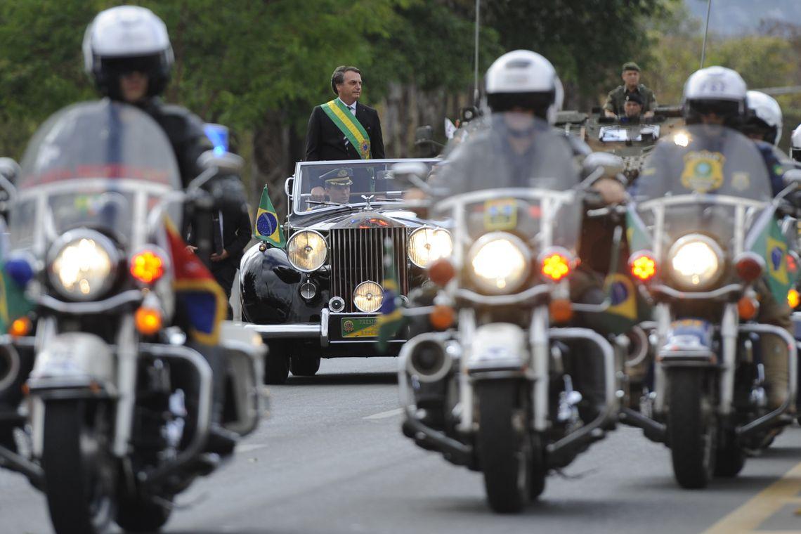 Presidente e ministros acompanham desfile cívico militar em Brasília