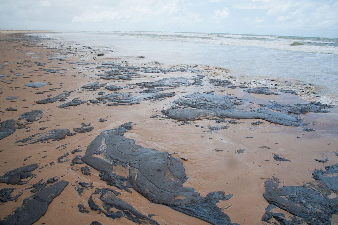 Sobe para 53 número de municípios atingidos por óleo no Nordeste e PB tem 16 praias afetadas