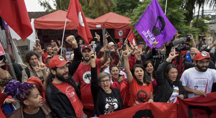 Juiz manda soltar Lula e multidão aguarda em frente à PF em Curitiba; assista