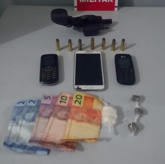 Polícia prende duas mulheres e apreende arma de fogo e drogas em Santa Rita