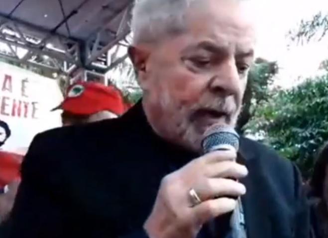 Lula é solto e comemora liberdade junto à militância; assista